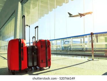 Gepäckstapel im Flughafen-Terminal und Passagierflugzeug, das über den Himmel fliegt