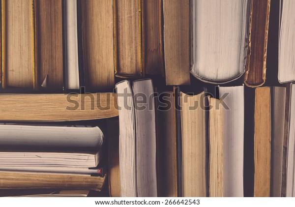Pila de libros antiguos usados en la biblioteca escolar, imagen doblada procesada.