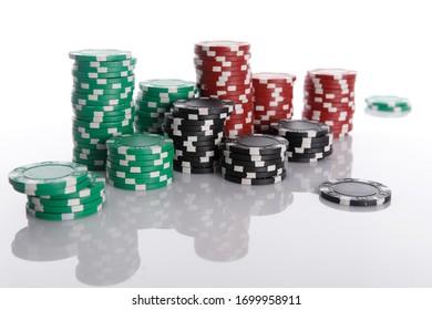 Pile de différentes puces de casino avec des ombres sur fond blanc