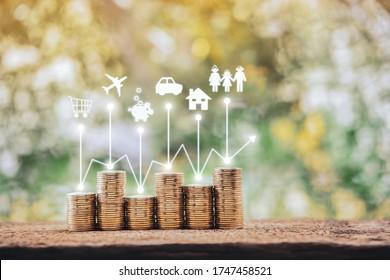 Moneda de oro apilada y gráfico de crecimiento en pantalla transparente de carrito de la compra y banco de avión y cerco de cerdo y auto y hogar y familia en el parque público. Inversión en planificación empresarial en el concepto futuro.
