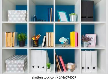 Vorräte und Papiere im Büro und in Bücherregalen