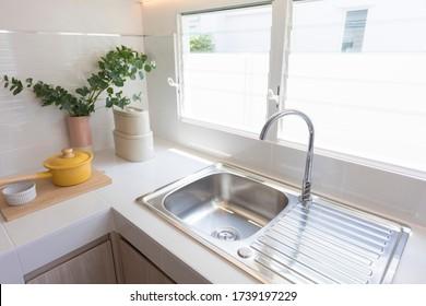 Die Küche ist nicht rostfrei und das Wasser in der Küche wird getappt. Das Innere des Küchenraumes.