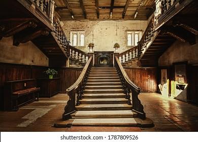 Treppe in einem alten verlassenen Palast