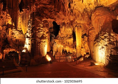 Stalactites and stalagmites in Luray Cavern, Virginia, USA.