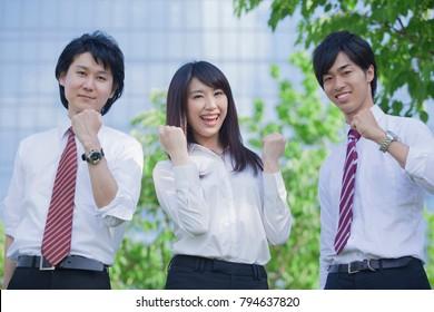 Stand Japanese businessmen and businesswomen