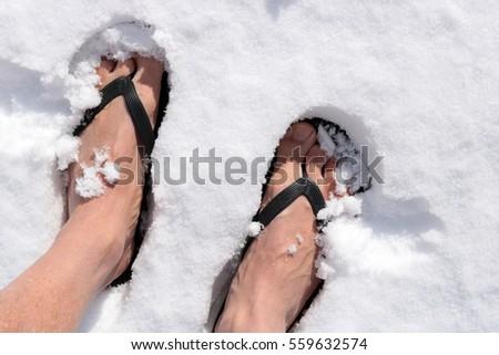 Standing Flip Flops Snow Stockfoto (Jetzt bearbeiten