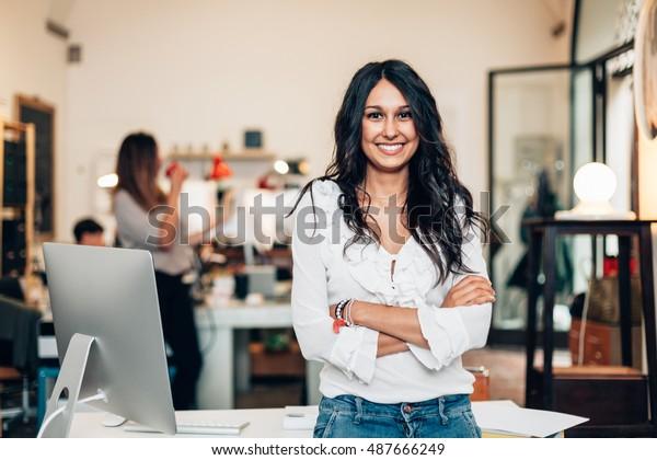 Unternehmensgründung, weibliche Führungsfrau des neuen Unternehmens selbstselbstbewusst