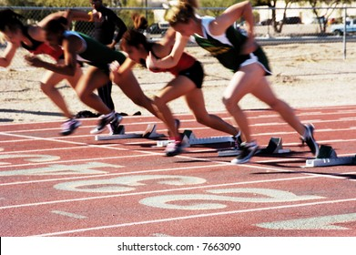 Der Start der 100 Meter langen Dash der Frau auf einer Studentenstrecke trifft sich.