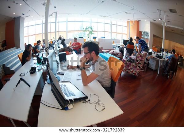 Unternehmensgruppe für Unternehmensgründungen, die tagtäglich in einem modernen Büro arbeitet