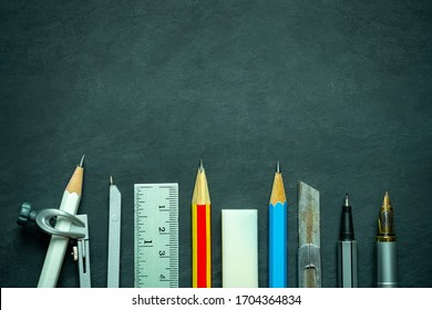 Geschichten an der Tafel. Konzept der Architektur Büro oder zurück zur Schule. Draufsicht und Kopienraum für Text.