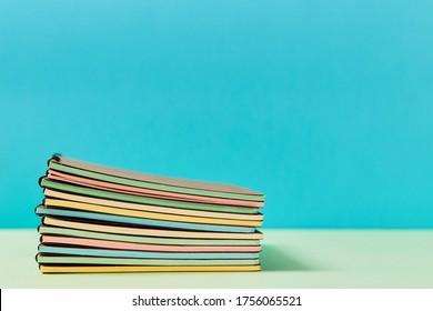 Papier à lettres. Il est temps d'aller à l'école. Bienvenue à l'école. Début de la scolarité. Pile de nouveaux livres-copies avec des pages colorées