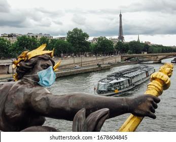 Statue auf der Alexander-III-Brücke mit einer chirurgischen Gesichtsmaske als Symbol des durch den Coronavirus-Ausbruch verursachten Pariser Absturzes