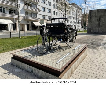 Statue of the car first invented by carl benz in mannheim