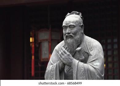 Estatua de Confucio en el templo confuciano en Shanghái, China