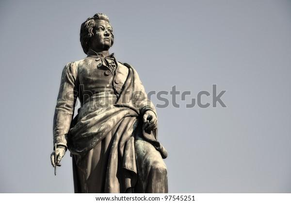 Die Statue des berühmten Komponisten Wolfgang Amadeus Mozart in Salzburg, Österreich