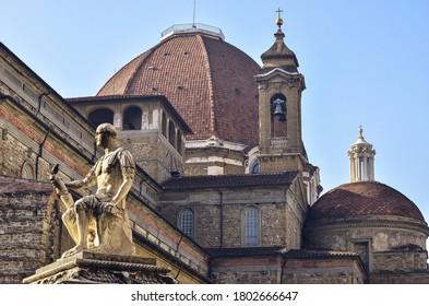 Estatua de Giovanni con la cúpula detrás