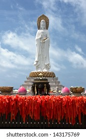 statue of the goddess Guanyin in Nanshan Temple