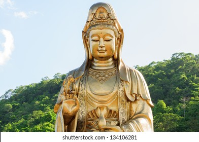 Statue of Guan Yin on His background