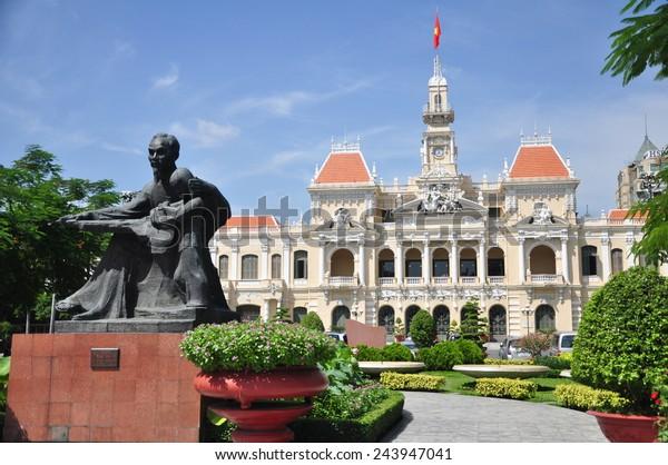 ベトナム・ホーチミン市にあるホーチミン像と人民委員会の建物。