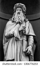The statue of Leonardo Da Vinci outside the Uffizi colonnade in Florence. Sculpted by Luigi Pampaloni, 1842