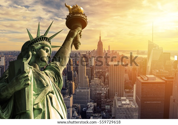 Die Freiheitsstatue und die Skyline von New York City im Dunkeln