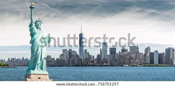 Die Freiheitsstatue mit einem Hintergrund des World Trade Centers, Wahrzeichen von New York City, USA