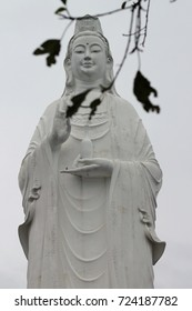 statue at Linh Ung pagodas