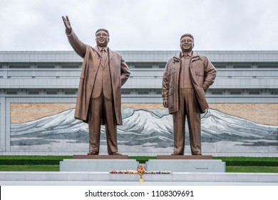 Statues of former Presidents Kim Il Sung and Kim Jong Il, Mansudae Assembly Hall on Mansu Hill, Pyongyang, North Korea, Mai 20, 2018