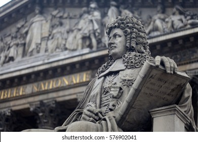"""Statues in front of Palais Bourbon, housing the French national assembly, """"Assemblee Nationale"""" in Paris, France"""