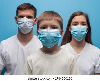 家にいなさい。 保護医療マスクを着た両親と子ども。 インフルエンザの流行、ほこりアレルギー、ウイルスに対する防御。 COVID-19、コロナウイルスの世界的流行。