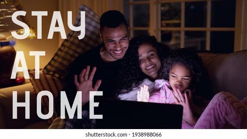 Manténgase en casa enviando un mensaje de texto a una pareja con su hija en una videollamada portátil. covid 19 concepto de pandemia y distanciamiento social de imagen generada digitalmente.