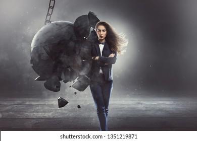 Una mujer de negocios firme es golpeada por una bola de naufragio