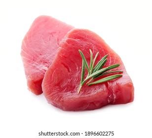 Steak von Thunfisch mit Rosmarin auf weißem Hintergrund. Roher Thunfisch.
