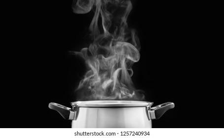 Dampf auf Kochtopf in der Küche, dunkler Hintergrund