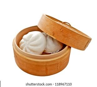 gedünsteter chinesischer Bun in Bambuskorb einzeln auf weißem Hintergrund