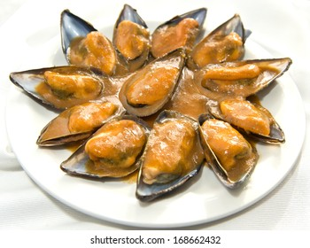 Steamed mussels in creamy tomato