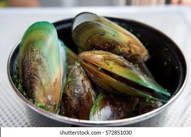 Steamed New Zealand green-lip mussels