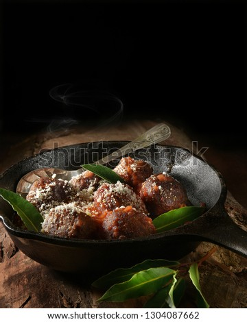 steaming-organic-meat-balls-tomato-450w-
