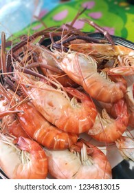 Steaming steamed shrimp and then place on a plate.