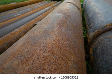 Steel pipes of different sizes, storage of steel pipes. The pipes are rusty.