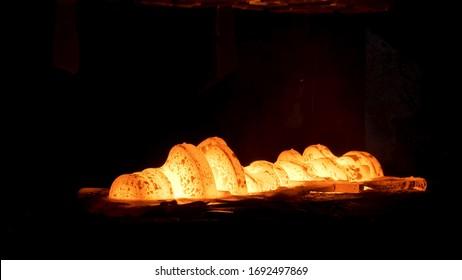 Acier trempé à haute température dans un four industriel à l'atelier d'une usine de forge. Scène. Processus de refroidissement, traitement thermique, forgeron et métallurgie, aciérie.