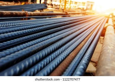 Stahlbalken für Bewehrungsbeton auf Baustelle mit Baugrund