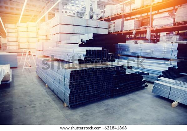 Stahl, Schelf mit Baustoffen auf den Regalen im Baulager. hoher Kontrast und einfarbiger Farbton.