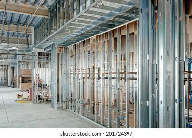 Des étouffes d'acier étaient utilisées dans un grand bâtiment commercial.