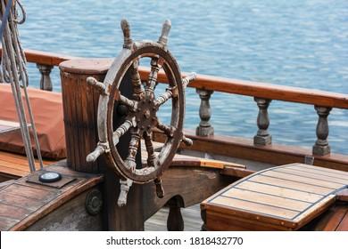 Lenkrad aus Holz auf einer Yacht