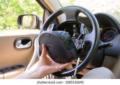 Steering wheel repair. Disconnecting of driver's airbag in LHD mounted driving wheel