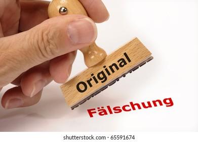Stempel in Hand mit Aufschrift Original und Kopie Fälschung