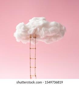 Tretleiter führt zu Wolken. Wachstum, Zukunft, Entwicklungskonzept. Minimale rosafarbene Zusammensetzung.