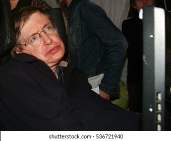 Stephan Hawking speaking against iraq war, Trafalgar sq, London, 22-02-2002