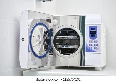 Sterilisierende medizinische Instrumente in Autoklaven. Zahnarzt. Moderner Laborsterilisator für Zahnsterilisation